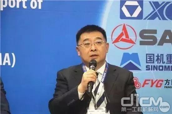"""杨东升总经理发表主题为""""徐工品牌与一带一路建设""""的演讲"""