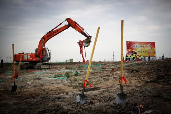 建筑工人在开挖掘机施工