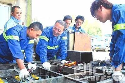 维修电工,每月要对公司场地内用电设施的线路开关、配电箱进行一次检查,及时整改检查出的问题