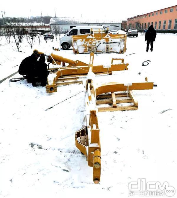 正在雪地里工作刘海东和同事