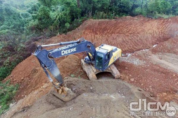 约翰迪尔E210LC挖掘机十分适合土方作业,不仅故障率低,操作灵活还省油,每小时油耗比公司其他品牌同类产品省油 1-2L