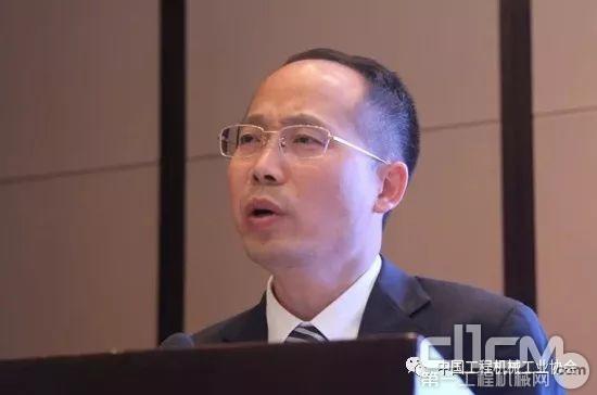 三一路面机械研究院院长刘秋宝作《提升<a href=http://product.d1cm.com/pingdiji/ target=_blank>平地机</a>作业效率的方法研究》主题演讲