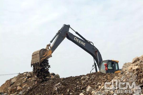 E210LC目前主要工况以铲土装车为主,平均每小时耗油15L左右,相比其他<a href=http://product.d1cm.com/brand/ target=_blank>品牌</a>同款机型要更省一点