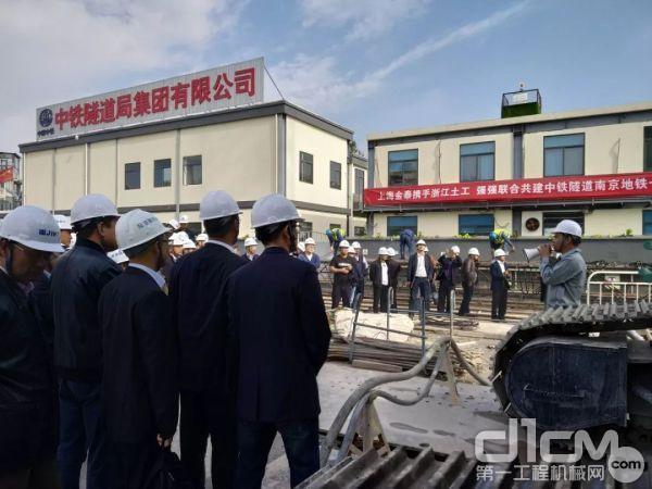 我公司组织了近百名参会专家客户到南京地铁7号线-莫愁湖站工地参观SX40双轮铣和SG60A液压抓斗工法演示