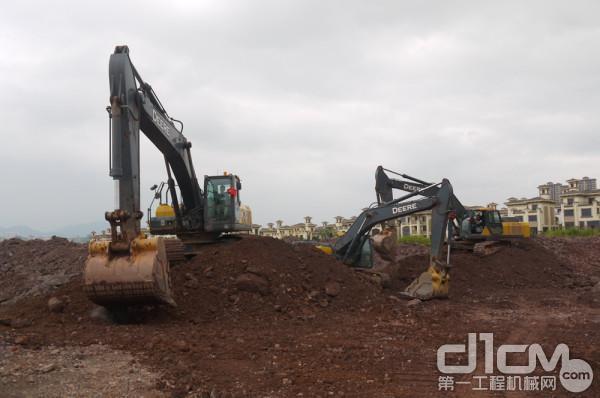 多台约翰迪尔挖掘机正在进行土方施工
