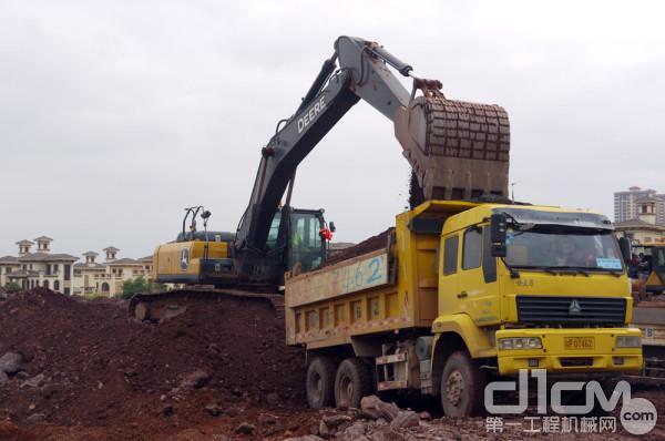 E360LC挖掘机在土方装车作业