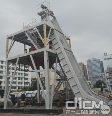 提升斗轨道采用高强度钢板整体折弯制作而成,整体精度有保证