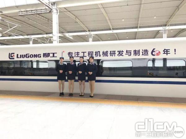 """两辆""""和谐号""""列车分别从南宁东站发往上海虹桥站和北京西站"""