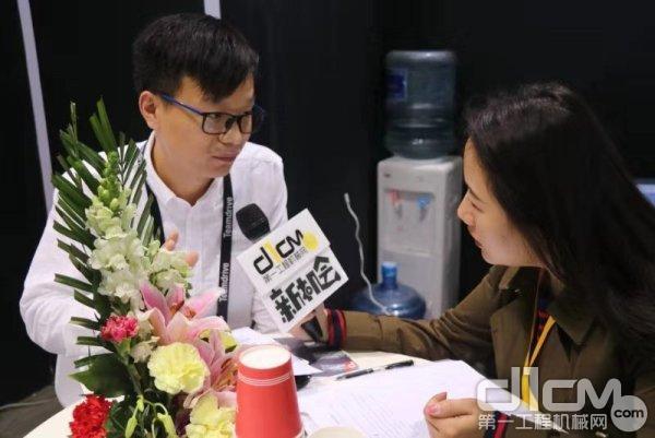 天工俊联技术工程师马良接受第一工程机械网记者采访