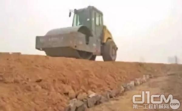 图:砂砾层碾压