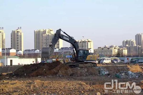 山东省日照市某工地上,几台约翰迪尔挖掘机正在忙碌地工作着