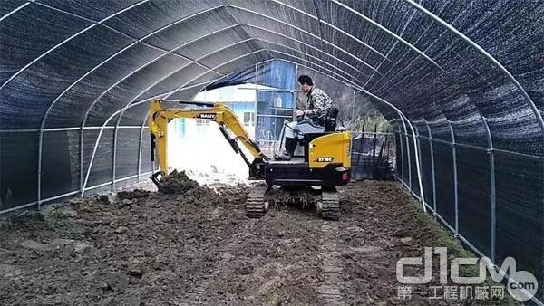 三一微挖SY16C在大棚中作业
