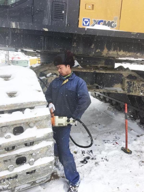 徐工矿机服务部驻矿服务工程师刘音在检修设备