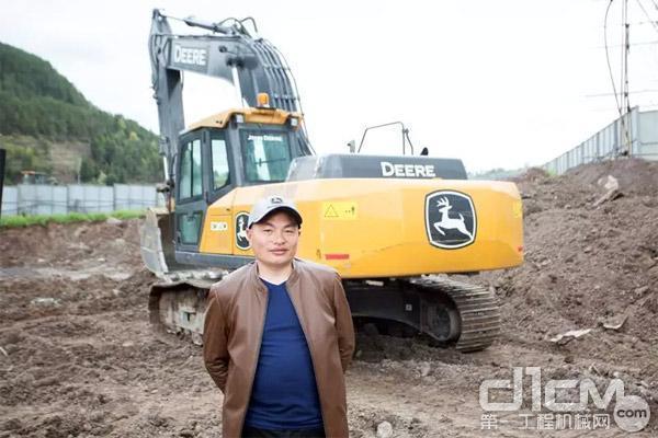谭老板与他的约翰迪尔挖掘机
