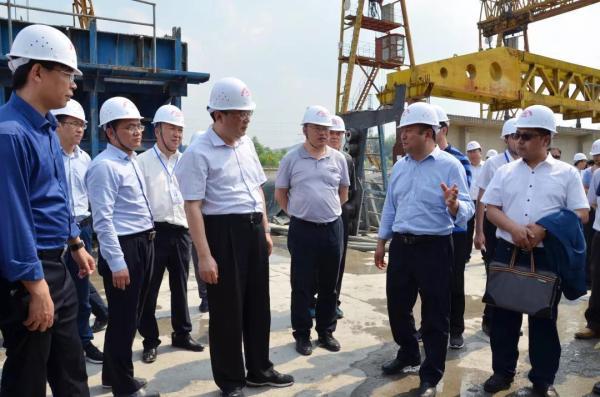 公司董事长李夏阳向周黎一行介绍机制砂试验梁生产情况