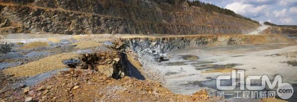 R 9200 E工作的EUROVIA旗下的德国Lausizer Grauwacke矿山全景。