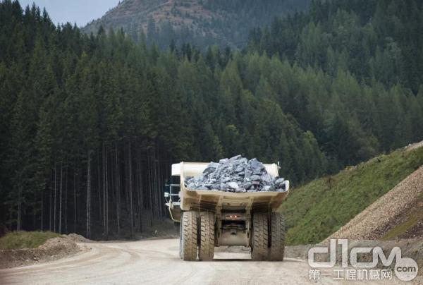 利勃海尔T 236满载着铁矿石