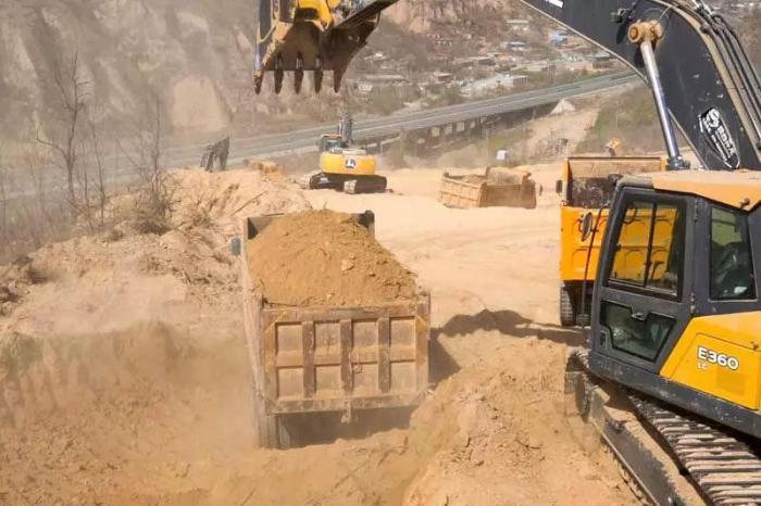 约翰迪尔挖掘机在做挖土装车作业