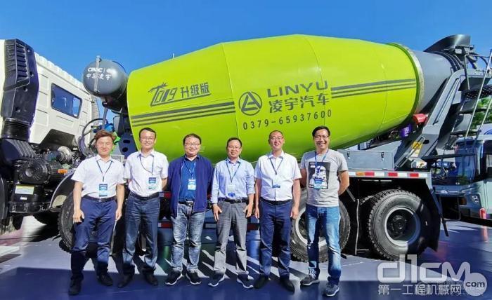 工作人员与解放新国六LNG混凝土搅拌车合影留念