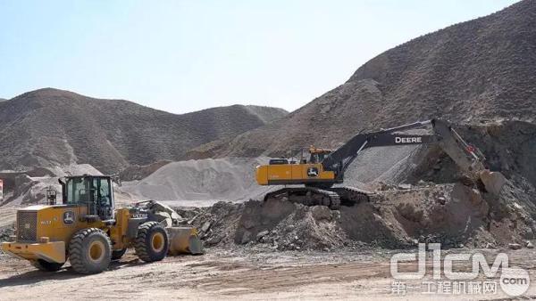 在水川镇西峡口村附近,有一片露天的非金属矿石料场