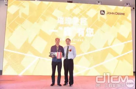 吴老板在2019年4月份广西站的展会上毅然再次订购了2台约翰迪尔 E400LC 的设备