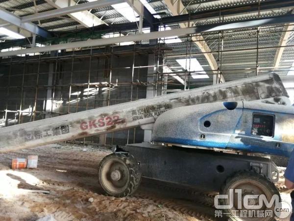 徐工GKS22直臂式高空作业平台在施工作业