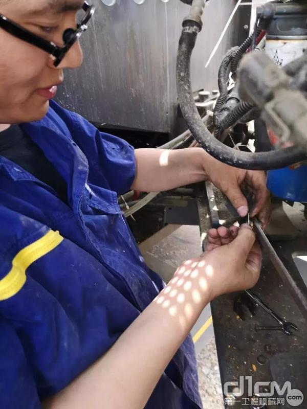 徐工服务小分队检修设备