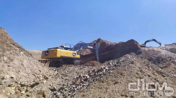 约翰迪尔挖掘机在内蒙古矿区作业