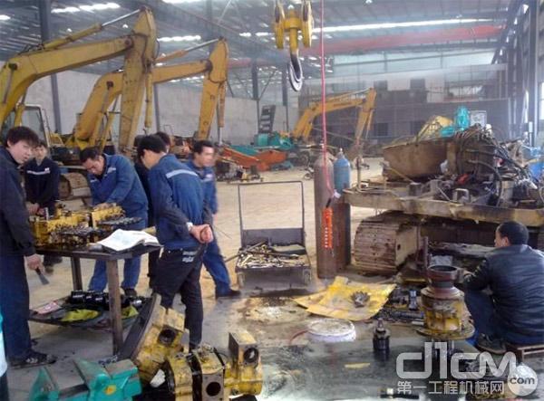 某维修企业的厂房中,维修技师们正在修理设备