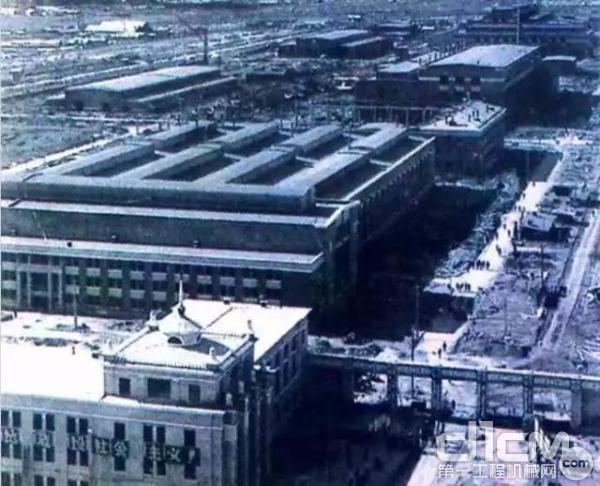 图为1960年6月,亚洲最大的重型机器厂--中国第一重型机器厂,在黑龙江省齐齐哈尔市富拉尔基区建成投产