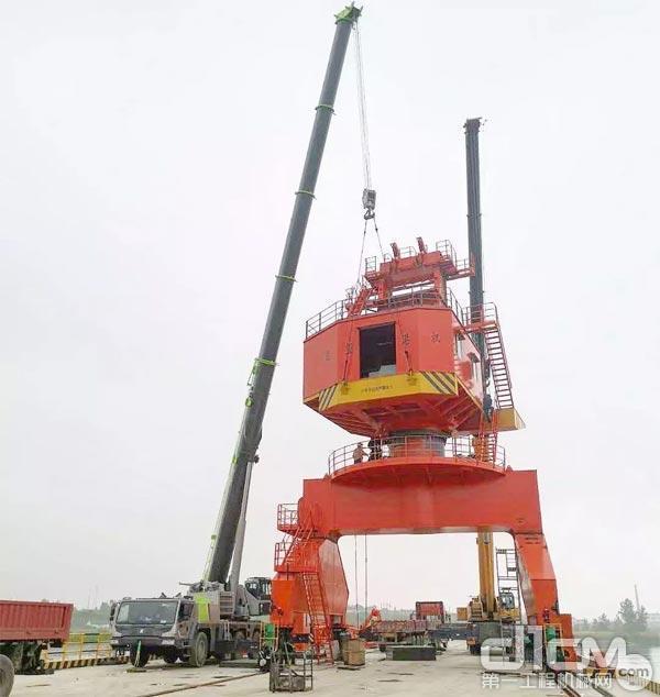 ▲ZAT1300V753全地面起重机正在施工