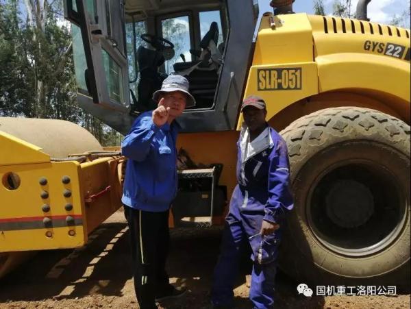 国机重工(洛阳)建筑机械有限公司售后服务工程师张耀辉与非洲客户合影