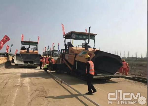 济南通达的三一摊铺机在高速公路施工现场