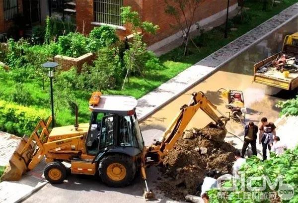 """""""两头忙""""在用挖斗开沟"""