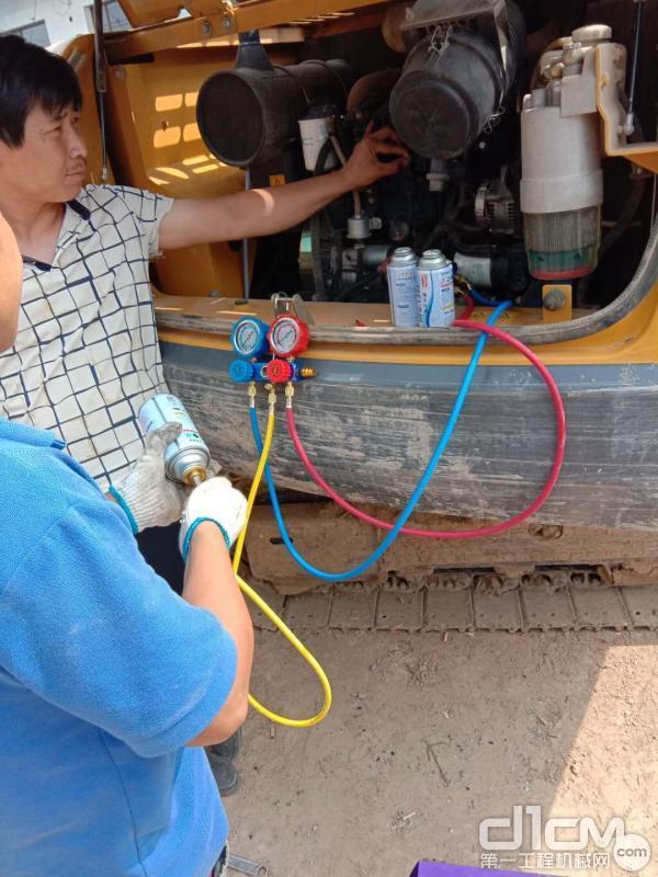 徐工挖机山西汉元机械服务工程师清理吴文俊的徐工XE75D挖机