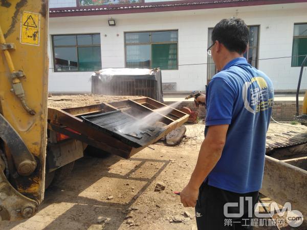徐工挖机山西汉元机械服务工程师清洗吴文俊的徐工XE75D挖机