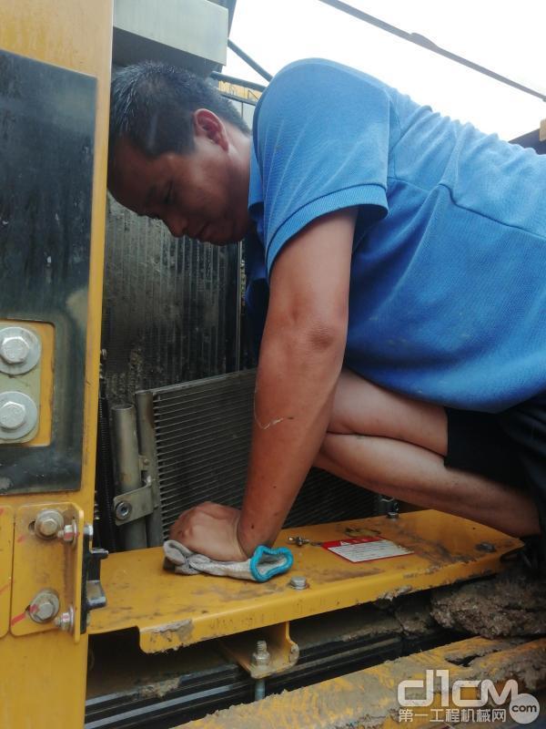 徐工挖机服务人员清理散热器