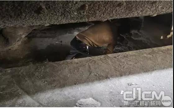 三一工程师检查搅拌主机卸料门是否被水泥卡死