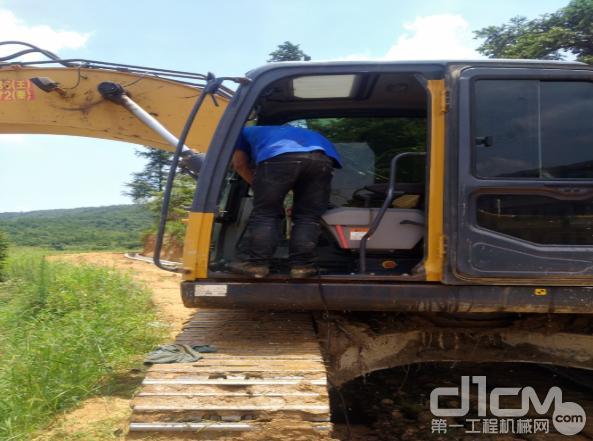 徐工挖机服务工程师检修挖机设备