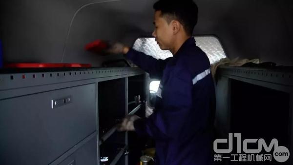 三一服务工程师王工和徒弟一起给检测车装车