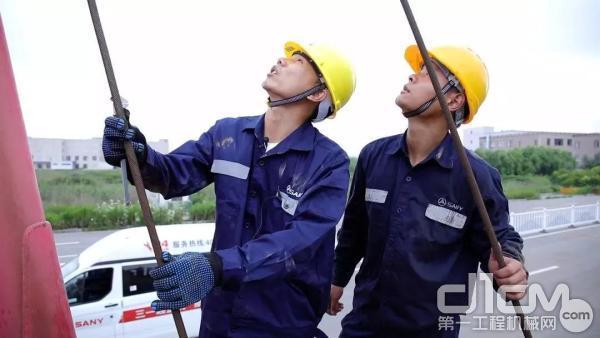 三一服务工程师王工和徒弟查看设备情况