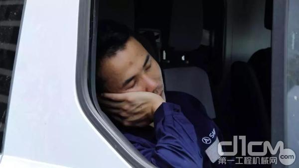 三一工程师王工在服务车里休息