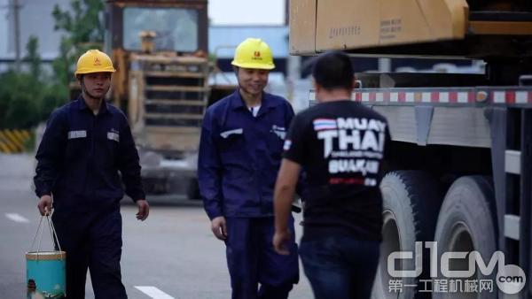 三一工程师王工为客户送上端午节礼品