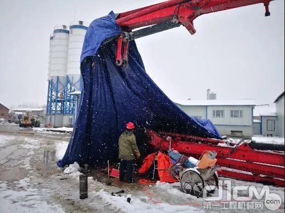 三一服务人员在大雪中为中铁客户整改臂架以保障客户顺利施工