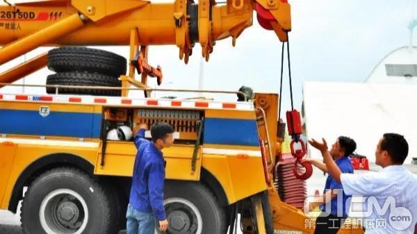 徐工服务人员检修产品并为大桥管理人员进行日常设备维护保养讲解