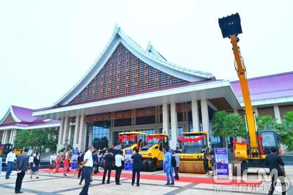 柳工设备亮相老挝道路建设技术与发展研讨会