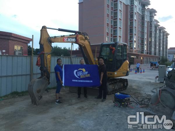 徐工挖掘机客户杨鸿与徐工代理商的两位服务工程师