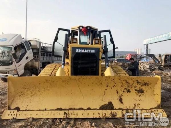山推推土机在施工中