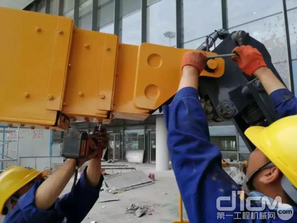 徐工高空作业平台服务万里行小分队走进北京大兴国际机场,对设备进行全面维护保养