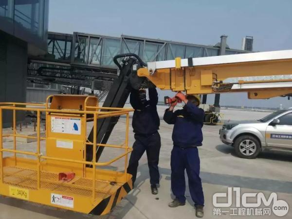 徐工高空作业平台服务万里行小分队对设备进行全面维护保养